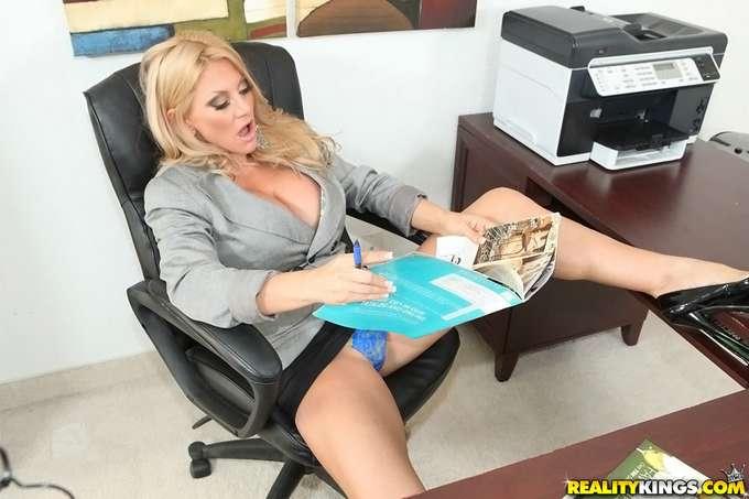 La directora paga las nóminas con sexo - foto 2