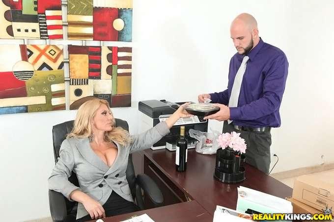 La directora paga las nóminas con sexo - foto 3