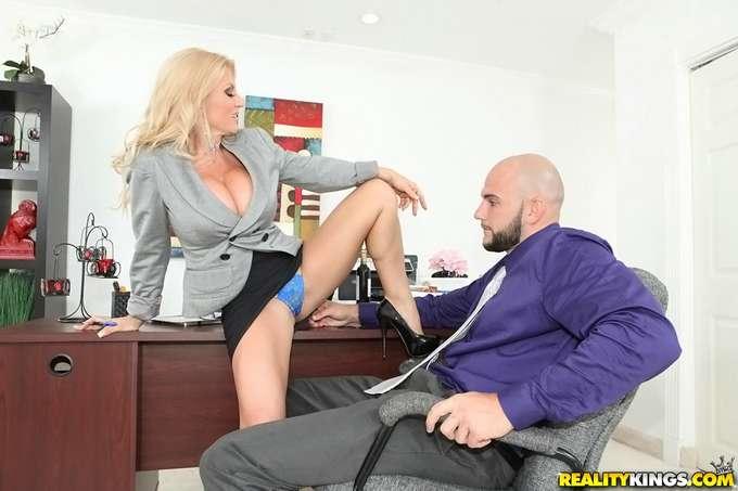 La directora paga las nóminas con sexo - foto 4