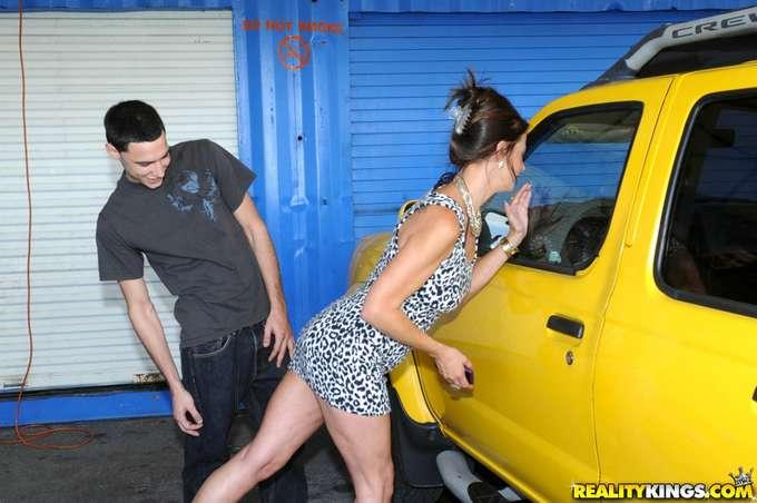 El joven mecánico alucina con la madura - foto 2