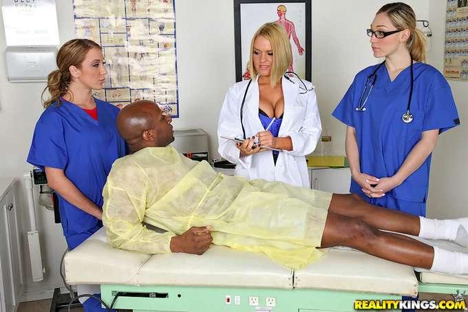 La doctora y las enfermeras se lo follan - foto 1