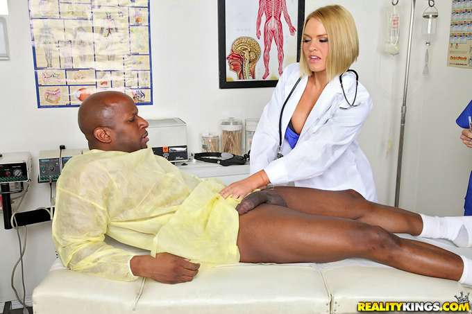 La doctora y las enfermeras se lo follan - foto 3
