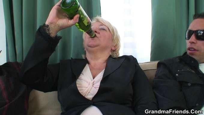 La abuela ha bebido mas de la cuenta y … - foto 4
