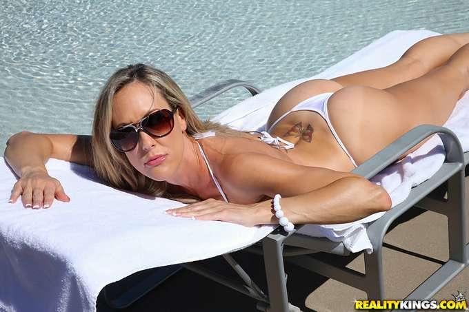 Brandi: madura en la piscina enseñando coño - foto 4