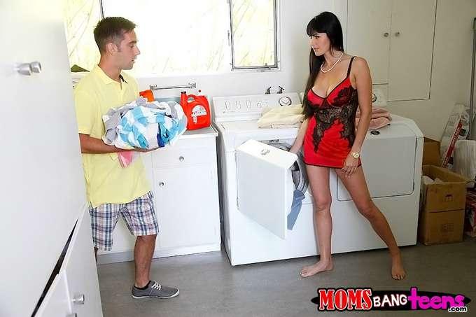 Mamá en la lavandería, vaya culo joder !! - foto 1