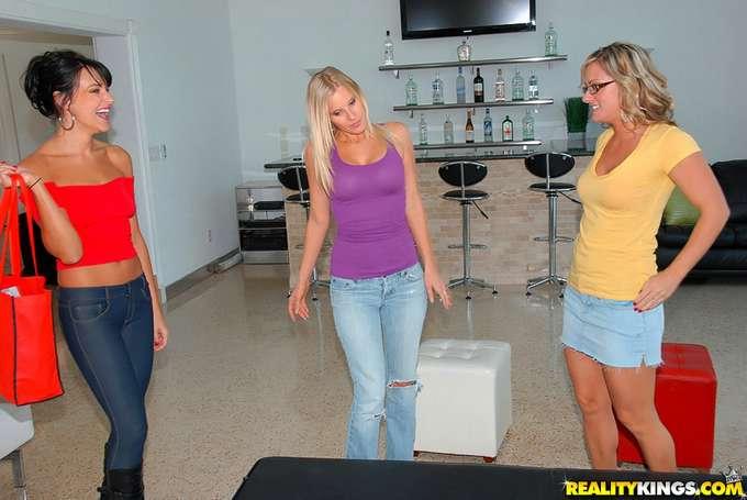 Una tarde de sexo con mamá y su amiga - foto 1