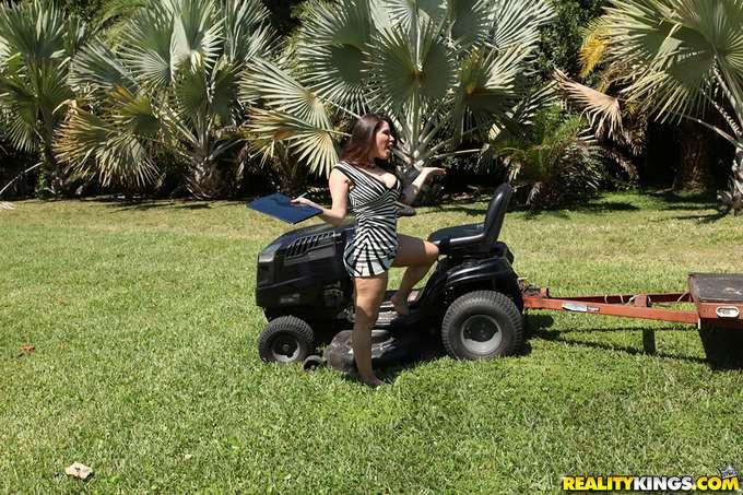 Madura atraída por el apuesto jardinero - foto 1