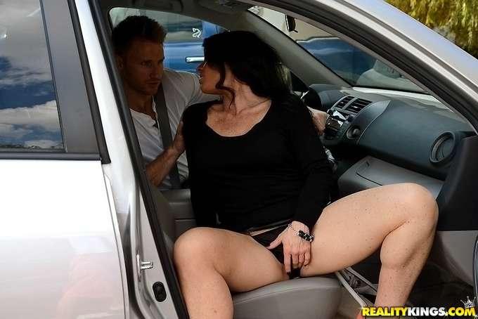 La amiga de mi madre se sube a mi coche - foto 3