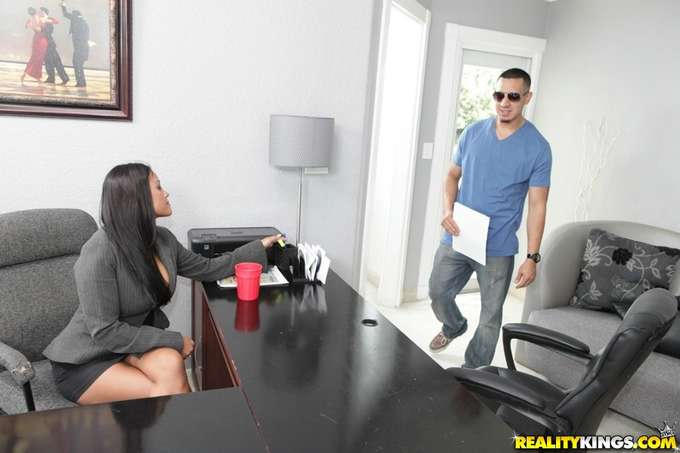 Salta la mesa para follarse al joven becario - foto 1