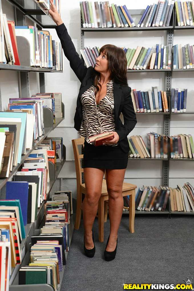 Se liga y se folla a la madura en la biblioteca - foto 4