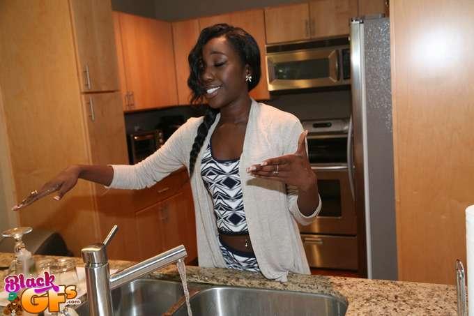 La amiga negra de mamá, menudas tetitas !! - foto 1