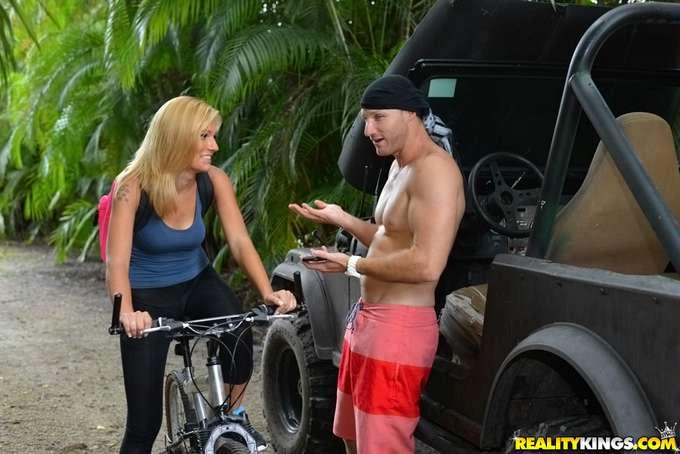 Tremendo ver a la Milf montar en bicicleta - foto 3