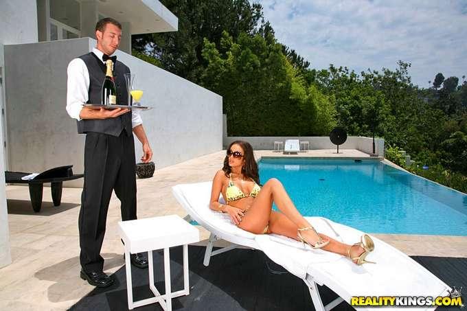 El camarero le ofrece su polla a la señora - foto 1