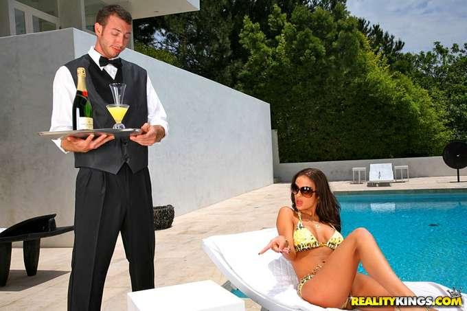 El camarero le ofrece su polla a la señora - foto 2
