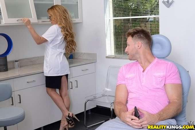 A la dentista se le salen las tetas !! - foto 4