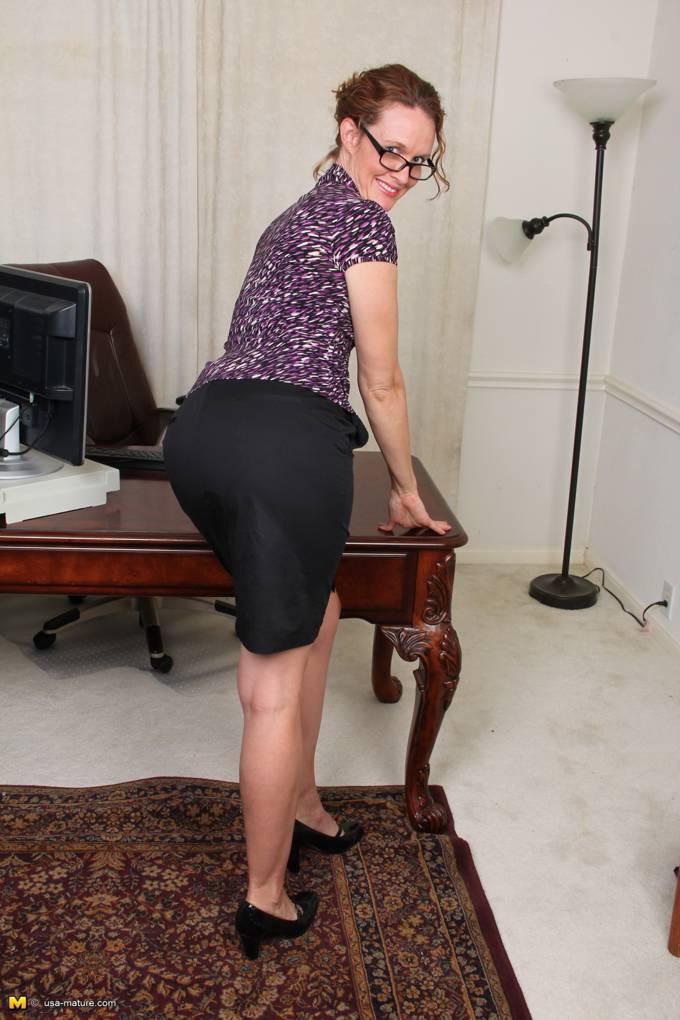 Oficinista MILF llega a casa con ganas de rabo - foto 2
