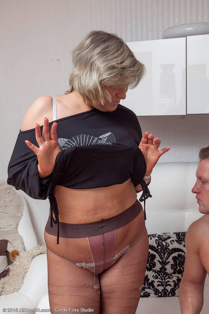 La vecina viuda se pone a tiro y consigo follármela - foto 1