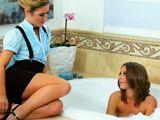 Me gusta ver a mi sobrina bañarse en casa - Lesbianas