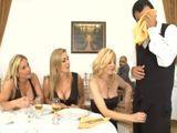Tres maduras lobas humillando al camarero - Orgias