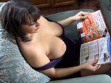 Esta leyendo una revista y se la sale una teta - Morenas
