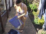 Verla recoger la ropa es acabar empalmado - Vecinas