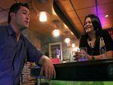 La camarera madura ligando con un cliente - Españolas