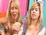 Madre enseña a su hija a pajear pollas - Mamadas
