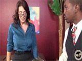 Madura cougar entrevista a un chico negro - Interracial