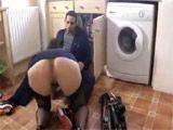 Milf enculada por el fontanero en la cocina - Anal