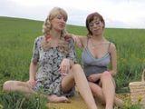 Madre e hija pasan la tarde juntas en el campo - Incestos