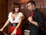 La clienta madura se lía con el joven camarero - Actrices Porno