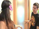 Le abre la puerta a un amigo de su hijo … - Españolas