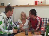 Me emborracho con dos amigos de mi hijo - Trios