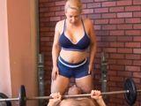 Tremenda madura ligando en el gimnasio - Milf