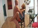 Haciendo posturas en el salón con el vecino - Amas De Casa