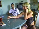 Mamá provocando en una cena con amigos - Amateur