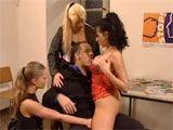 Cuatro putas milf por el mismo precio - Orgias