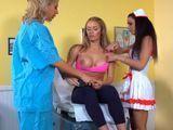 La doctora y la enfermera le meten mano - Actrices Porno
