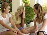 La amiga de mi hija me humedece las bragas - Lesbianas