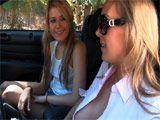 Madura seduce a una veinteañera de la calle - Lesbianas
