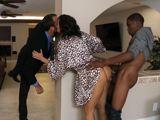 Engaña al marido delante de sus narices !! - Interracial