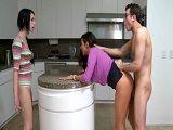Pillada empotrando a su suegra contra la encimera - Suegras