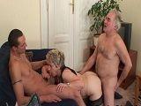 Abuela, abuelo y nieto en un trío - Abuelas