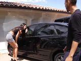 Pillo a la vecina cotilleando en mi coche - Vecinas