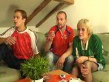 La abuela siempre ve el futbol con nosotros - Incestos