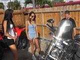 A mis vecinas les encanta mi moto - Cerdas