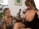 A mi madre le encantan mis tetas gordas - Lesbianas
