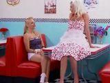 Las camareras se lo comen después de comer - Lesbianas