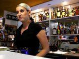 El morbo de ligar con la camarera del bar - Rubias
