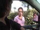 Milf infiel se sube al coche de un desconocido - Infieles